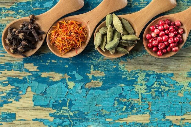Surtido de especias coloridas en cucharas de madera.