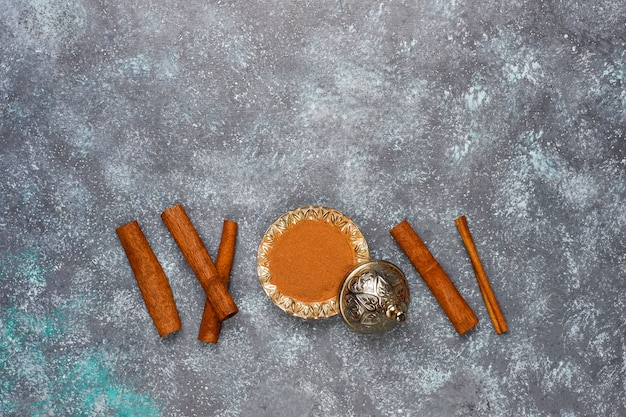 Surtido de especias en la mesa de la cocina