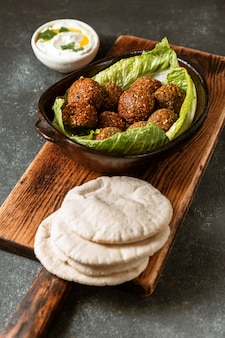 Surtido de falafel y pan de pita de alto ángulo
