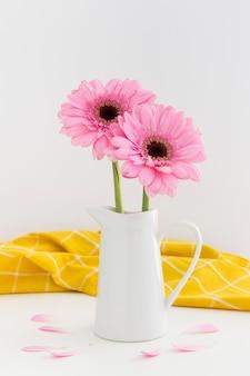 Surtido de flores rosas en jarrón blanco