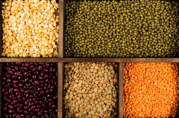 Surtido de frijoles (lentejas rojas, lentejas verdes, garbanzos, guisantes, frijoles rojos, frijoles blancos, frijoles mixtos, frijol mungo). vista superior. espacio de comida