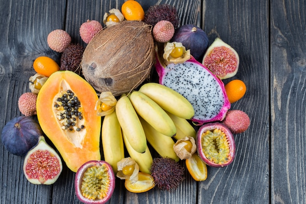 Surtido de frutas exóticas en superficie de madera