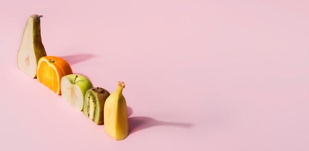 Surtido de frutas orgánicas con espacio de copia.