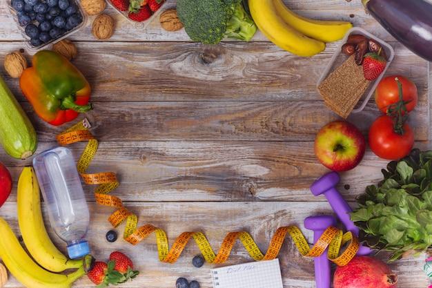 Surtido de frutas y verduras saludables marco de fondo