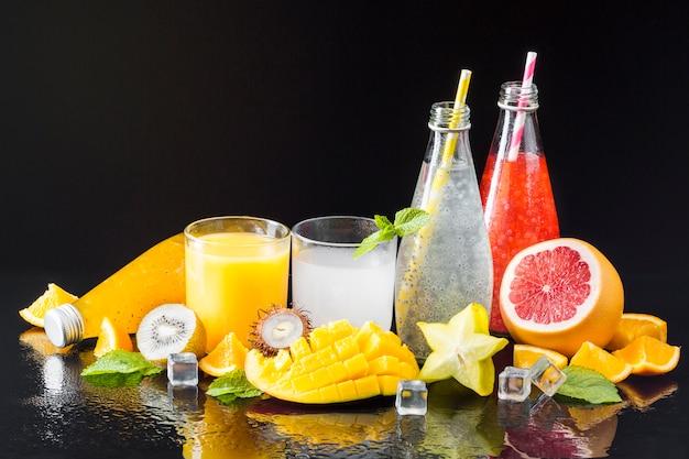 Surtido de frutas y zumos.