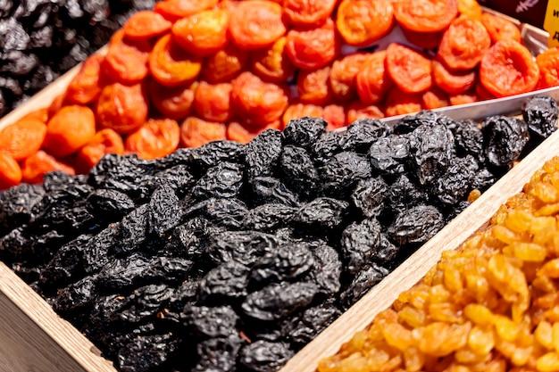 Surtido de frutos secos en el mercado.