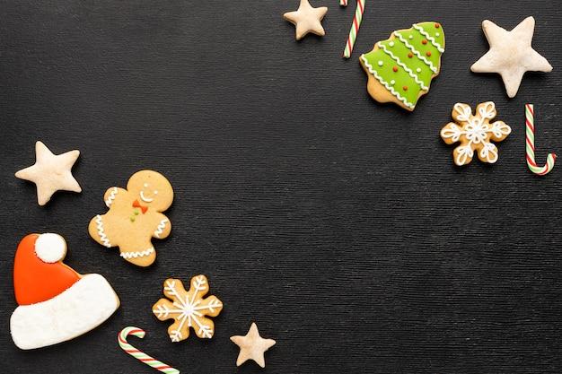 Surtido de galletas de jengibre navideñas con espacio de copia