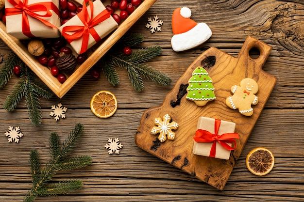 Surtido de galletas de jengibre navideñas de vista superior