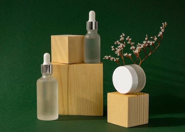 Surtido de goteros de aceite para la piel y recipientes de cremas faciales