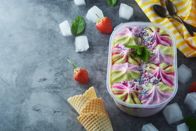 Surtido de helados en caja de plástico.