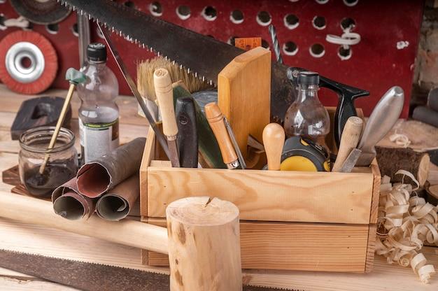 Surtido de herramientas de artesanía en madera