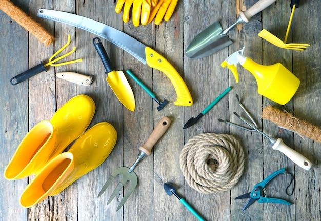 Surtido de herramientas de jardín en la madera.