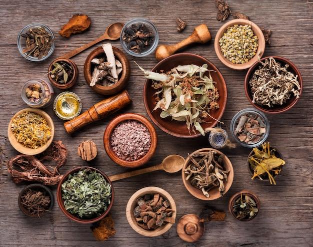 Surtido de hierbas medicinales secas
