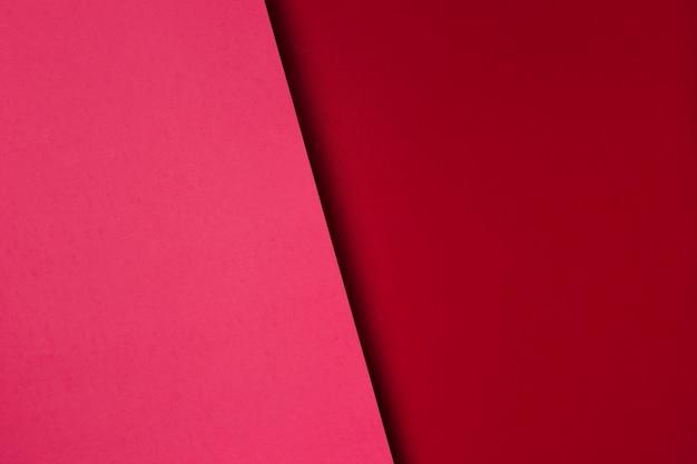 Surtido de hojas de papel rojo.