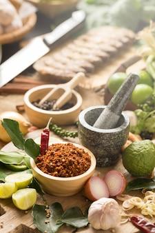 Surtido de ingredientes de cocina de comida tailandesa. especias ingredientes chile pimiento ajo.