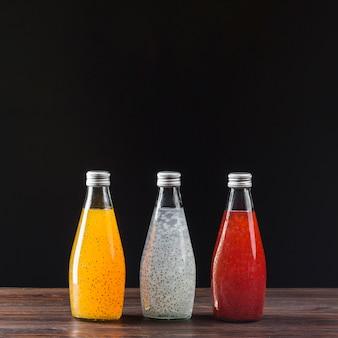 Surtido de jugos de frutas sobre fondo negro