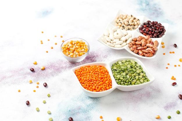 Surtido de legumbres y frijoles comida proteica vegana saludable.