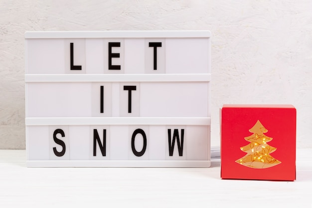 Surtido con let it snow sign y regalo