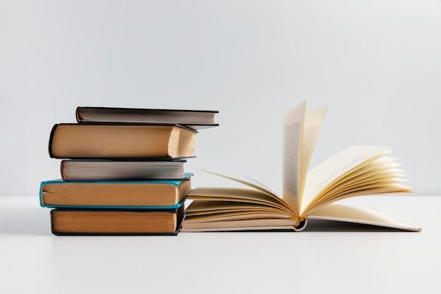 Surtido de libros con fondo blanco.