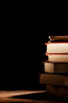 Surtido con libros y fondo oscuro