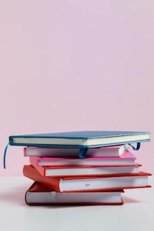 Surtido con libros y fondo rosa