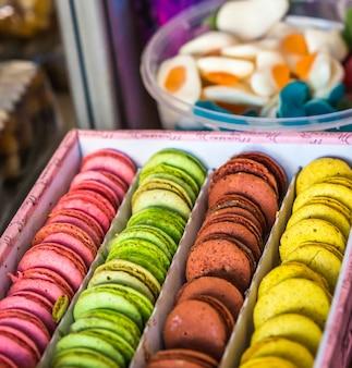 Surtido de macarrones coloridos dulces