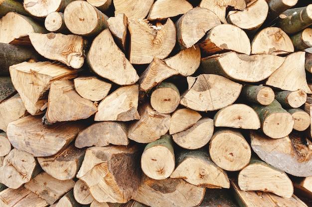 Surtido con madera cortada para calentar