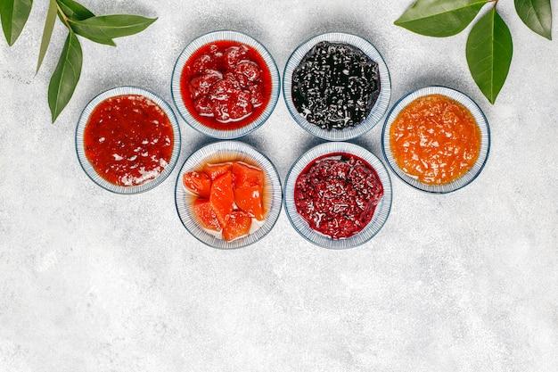 Surtido de mermeladas dulces y frutas y bayas de temporada.