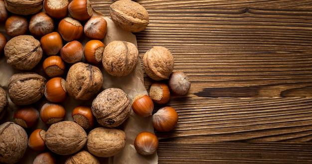 Surtido de nueces y castañas frescas otoñales con espacio de copia