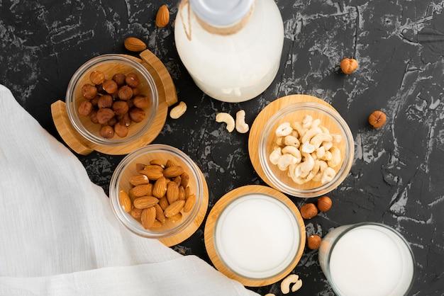 Surtido de nueces como almendra, anacardo, avellana y leche en una botella de vidrio, alimentos saludables