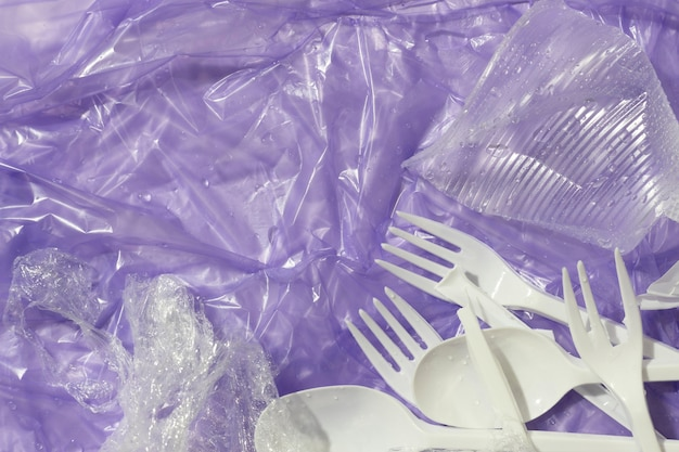 Surtido de objetos de plástico clasificados.
