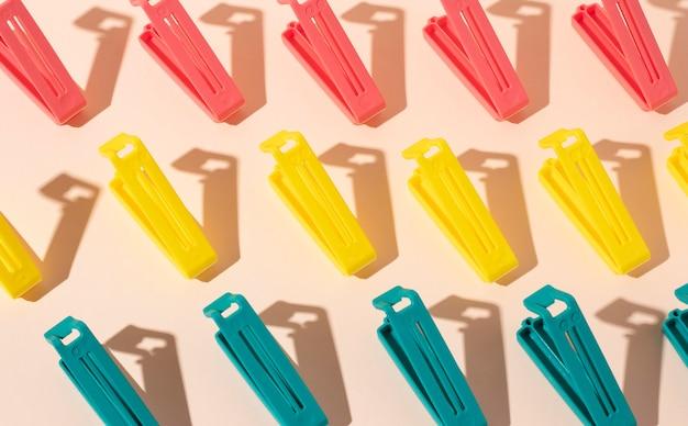 Surtido de objetos de plástico no ecológicos.
