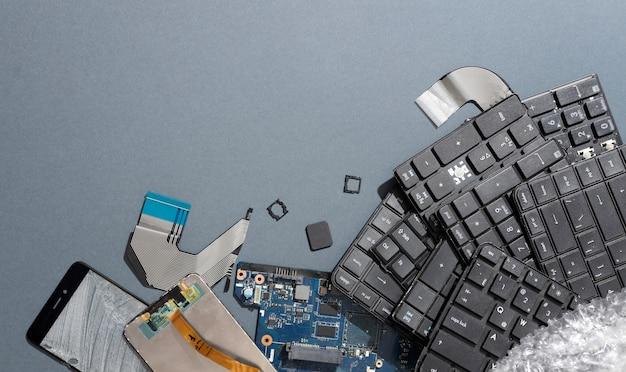 Surtido de objetos tecnológicos ordenados