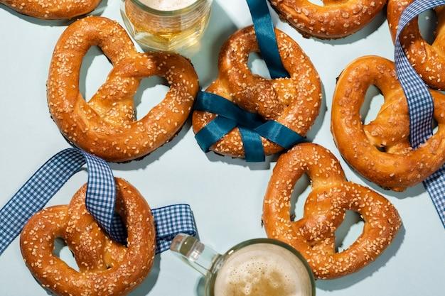 Surtido de oktoberfest con deliciosos pretzel
