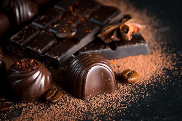Surtido de oscuro, blanco y chocolate con leche sobre fondo de despido de madera rústica.