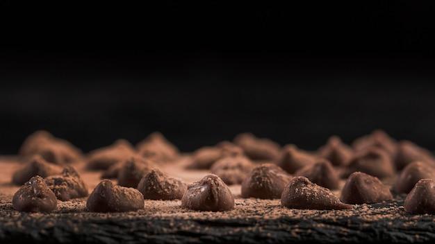 Surtido oscuro borroso con postre de chocolate