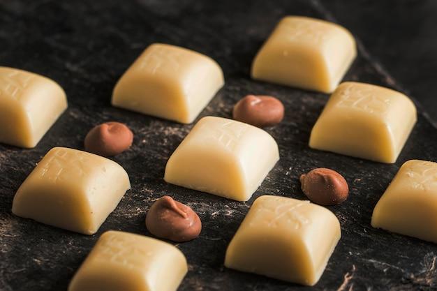 Surtido oscuro con postre de chocolate.