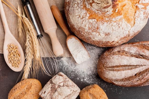 Surtido de pan con batidor y cuchara de madera.