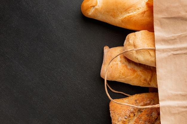 Surtido de pan en bolsa de papel.