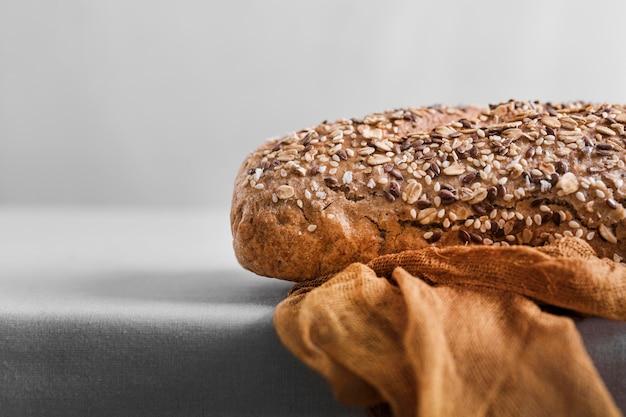Surtido con pan y fondo blanco.