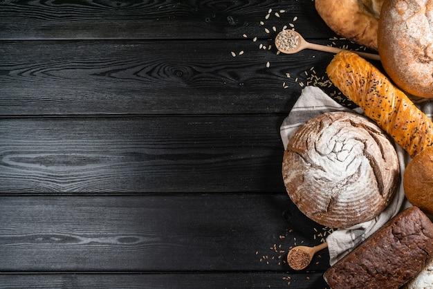 Surtido de pan horneado en el fondo de la mesa de madera
