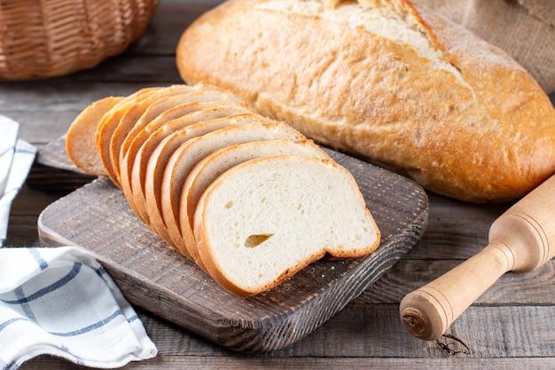 Surtido de pan horneado sobre fondo de mesa de madera