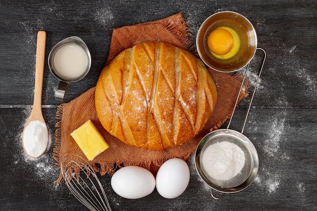 Surtido de pan y huevos.
