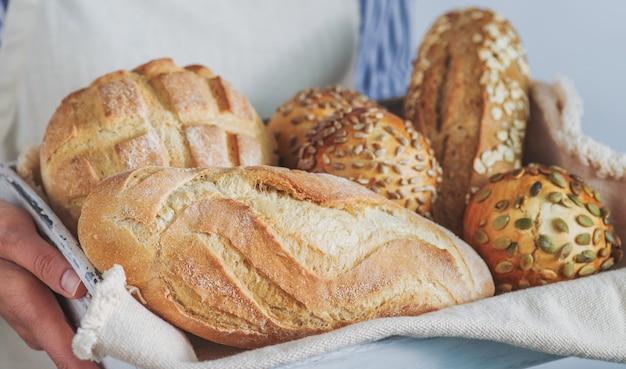 Surtido de pan en manos del panadero.