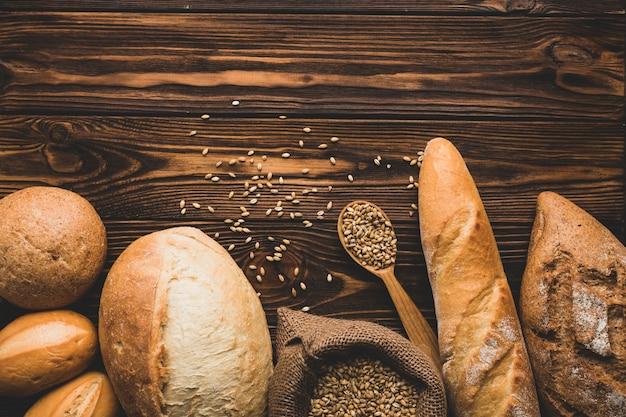 Surtido de panes de pan en madera