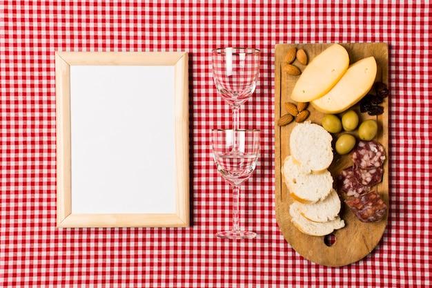 Surtido de picnic con maqueta de marco de madera