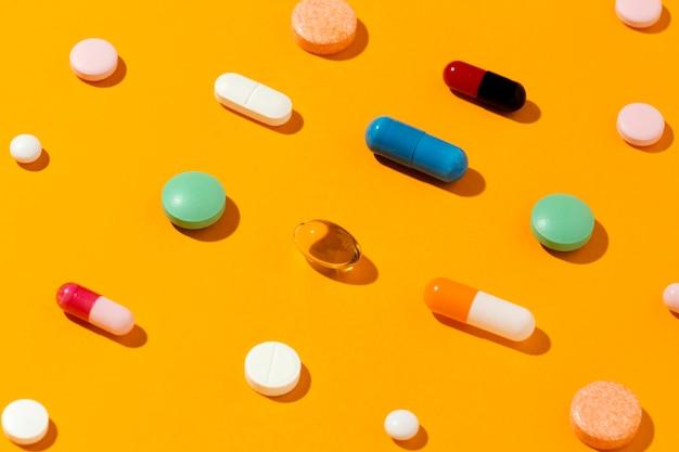 Surtido de píldoras medicinales mínimas de alto ángulo