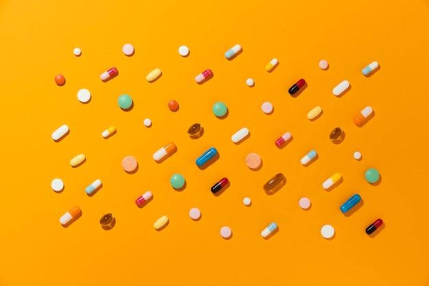 Surtido de píldoras medicinales mínimas laicas planas