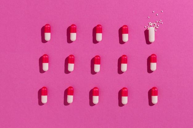 Surtido de píldoras medicinales mínimas de vista superior