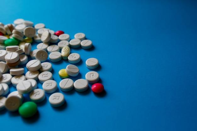 Surtido de píldoras, tabletas y cápsulas de medicina farmacéutica. montón de una variedad de tabletas y píldoras de medicamentos de diferentes colores.